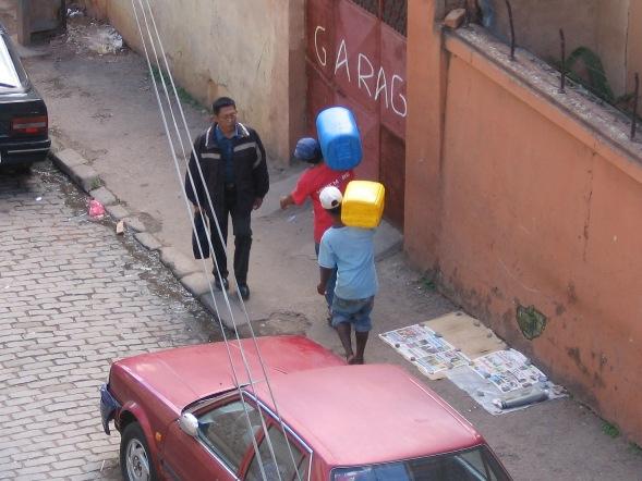 Waterdragers in Tana